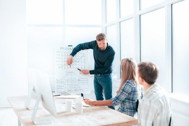 Manager maakt een presentatie van het nieuwe project