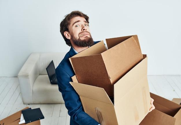 Manager met dozen nieuwe werkplek uitpakken verhuizing