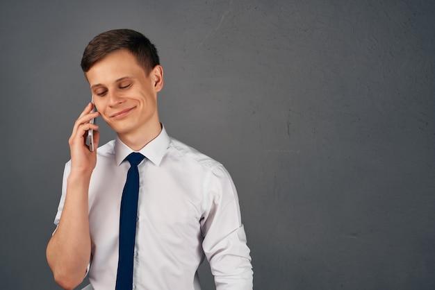 Manager met telefoon in de hand pratende kantoorfunctionaris