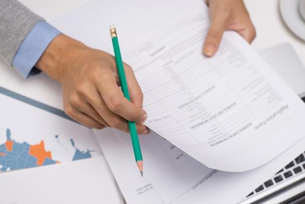 Manager onderzoek van documenten aan tafel