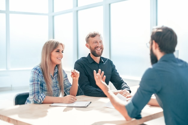 Manager schudt de sollicitant de hand tijdens het interview. het concept van werkgelegenheid