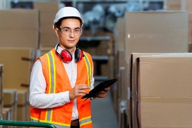Manager van een logistiek magazijn met een tablet
