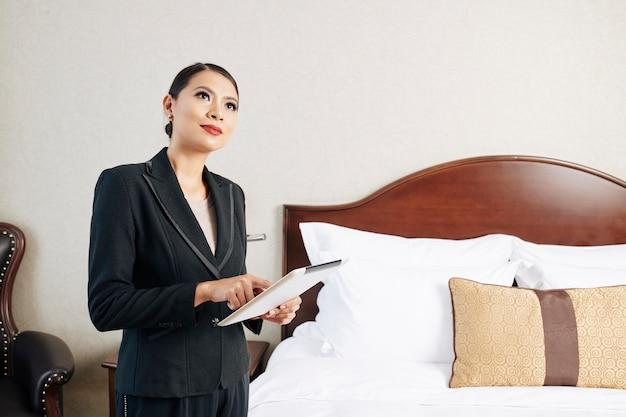 Manager van het hotel met behulp van tablet-pc