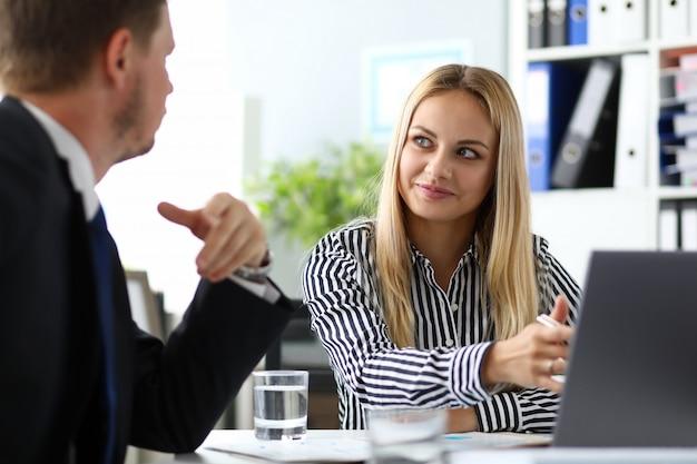 Manager vormt een bepaald bedrijf voor bedrijfscultuur.