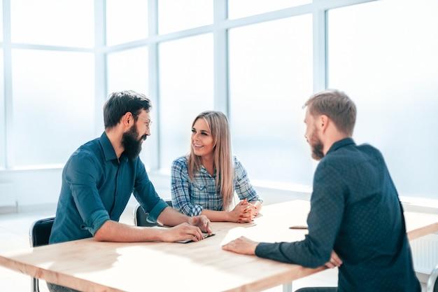 Managers bespreken de resultaten van een interview met een jonge werknemer. bedrijfsconcept