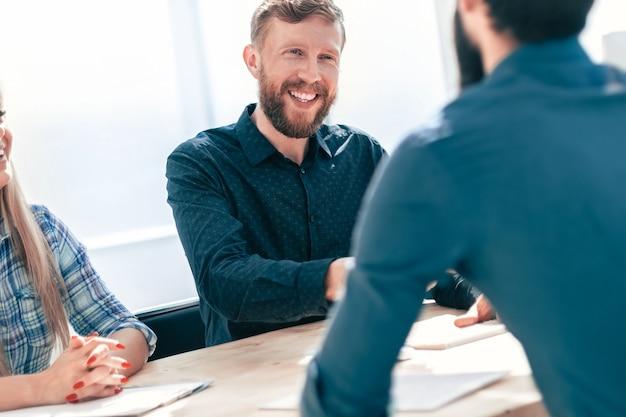 Managers interviewen de sollicitant die aan de kantoortafel zit. het concept van werkgelegenheid