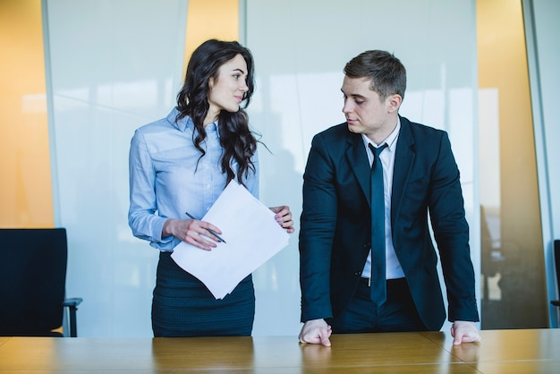 Managers staan voor bureau