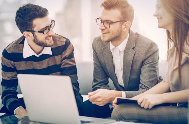 Managers van het bedrijf en de klant, bespreken de voorwaarden van