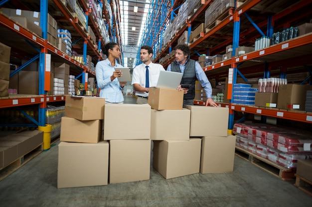 Managers werken midden in kartonnen dozen