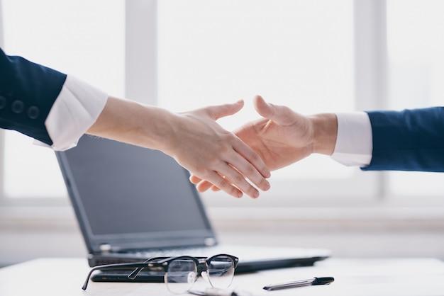 Managers zakelijke deal teamwork communicatie financiën technologieën