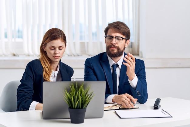 Managers zitten aan een bureau voor een laptop professionals. hoge kwaliteit foto
