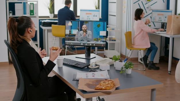 Managervrouw in gesprek met externe ondernemer tijdens online videocall-vergaderingsconferentie