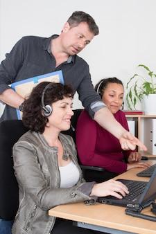 Managerzakenman met vrouw in call centrebureau