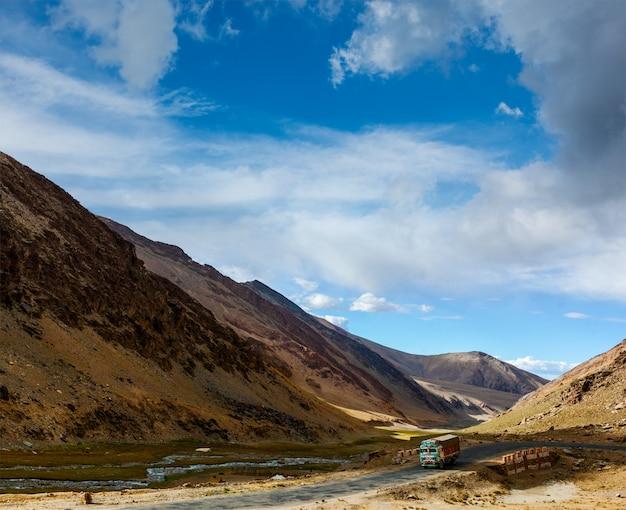Manali-leh road in indische himalaya met vrachtwagen