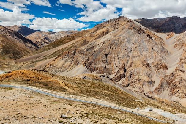 Manali-leh snelweg in himalaya