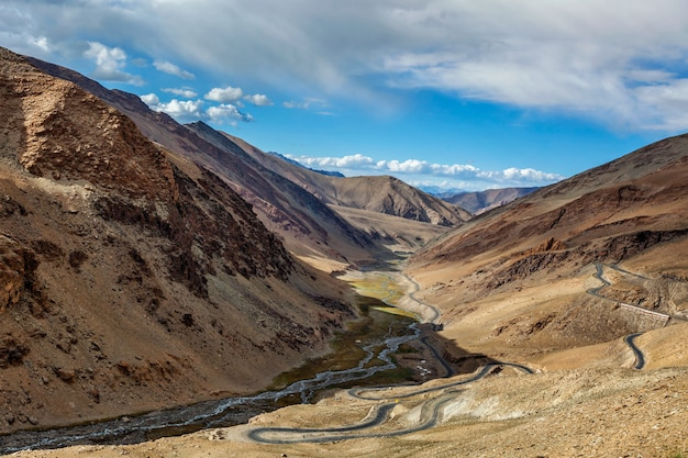 Manali leh weg in de buurt van tanglang la pass in de himalaya