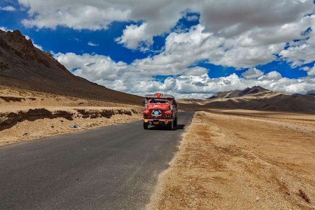 Manali-leh-weg in indische himalayagebergte met vrachtwagen. ladakh, india