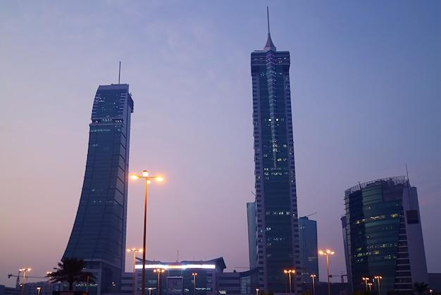Manama bij schemering met prachtige monumenten in het financiële havengebied van bahrein, bahrein
