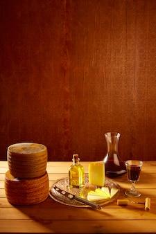 Manchegokaas van spanje op houten lijst