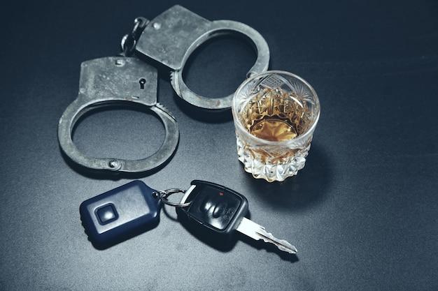 Manchet met alcohol en sleutel