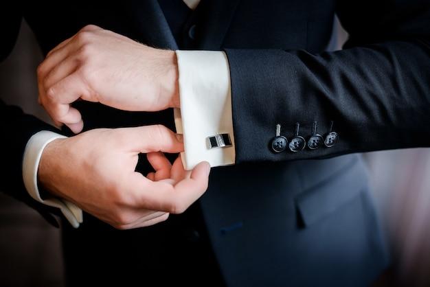 Manchetknopen van mooie stijlvolle bruidegom op het shirt