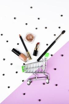 Mand en accessoires voor dames. damesaccessoires, op een roze ruimte pastel. schoonheid en mode concept. bovenaanzicht, plat minimalisme.