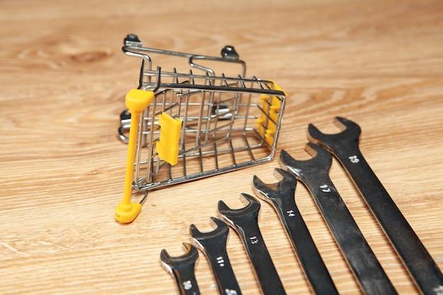 Mand en moersleutels. online winkelconcept