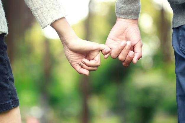 Mand en vrouw hand in hand