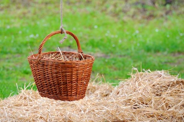 Mand hangend aan een touw op een grasachtergrond