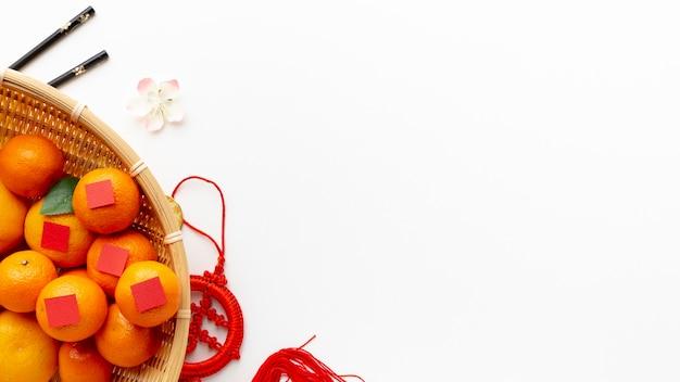 Mand mandarijnen chinees nieuw jaar