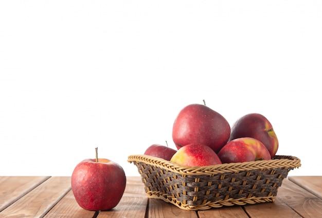 Mand met appels op tafel op wit geïsoleerd