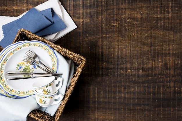 Mand met borden en servies met kopie ruimte