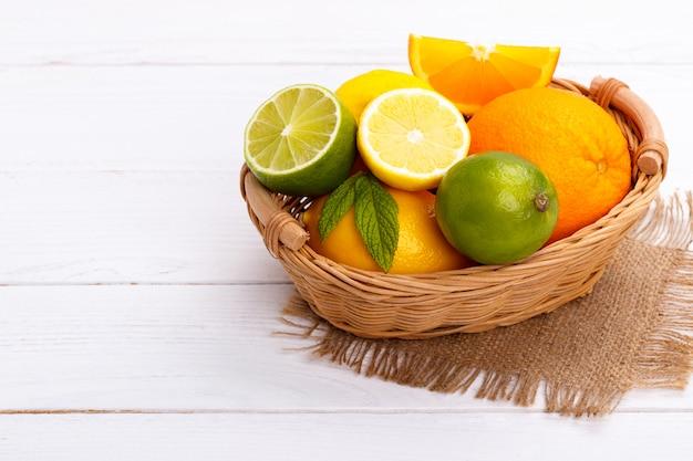 Mand met citrusvruchten