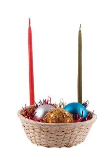 Mand met drie kerstballen blauw goud beide grijs en twee kaarsen rood en groen