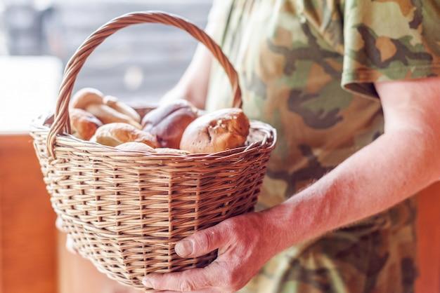 Mand met eekhoorntjesbrood in de handen van een man
