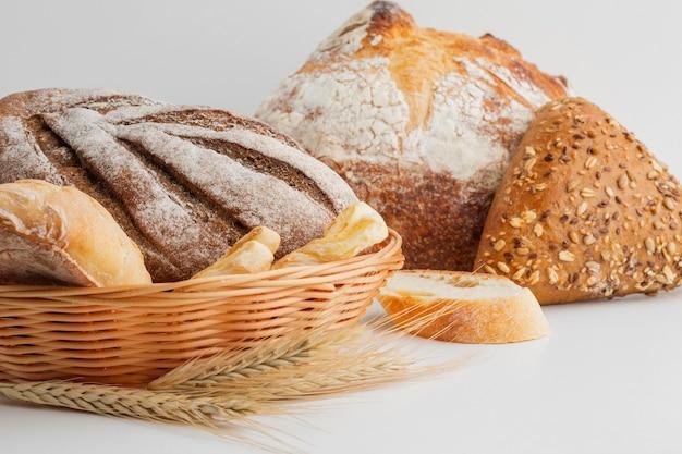 Mand met een assortiment brood