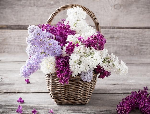 Mand met een tak van lila bloem op een houten achtergrond