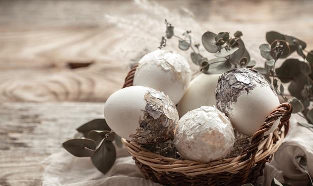 Mand met eieren en gedroogde bloemen. een origineel idee om paaseieren te versieren.