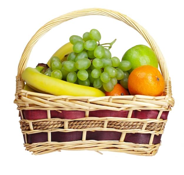 Mand met fruit geïsoleerd op wit