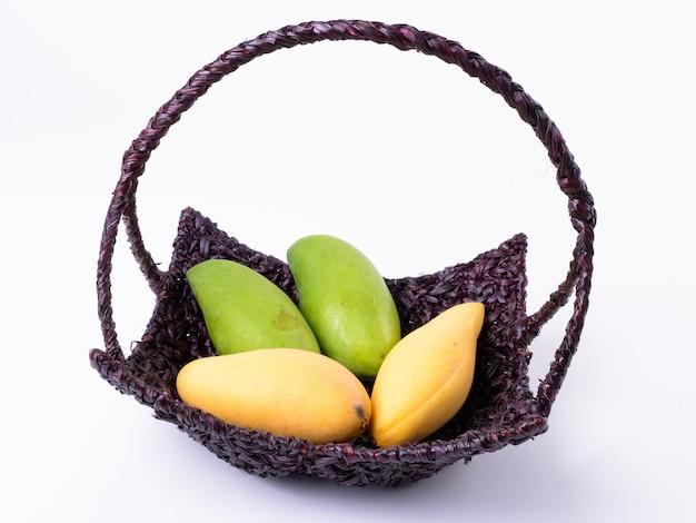 Mand met gele en groene mango's geïsoleerd