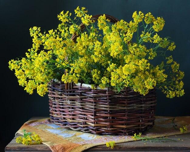 Mand met gele wilde bloemen op de tafel