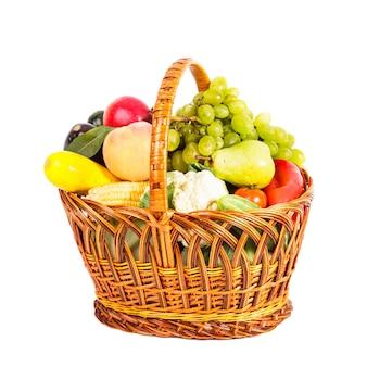 Mand met groenten en fruit op wit wordt geïsoleerd