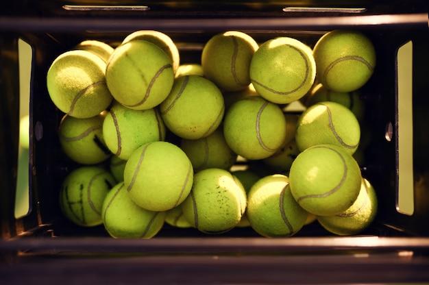 Mand met grote tennisballen, bovenaanzicht, niemand, groene omslag. actieve gezonde levensstijl, sportspel met racketconcept