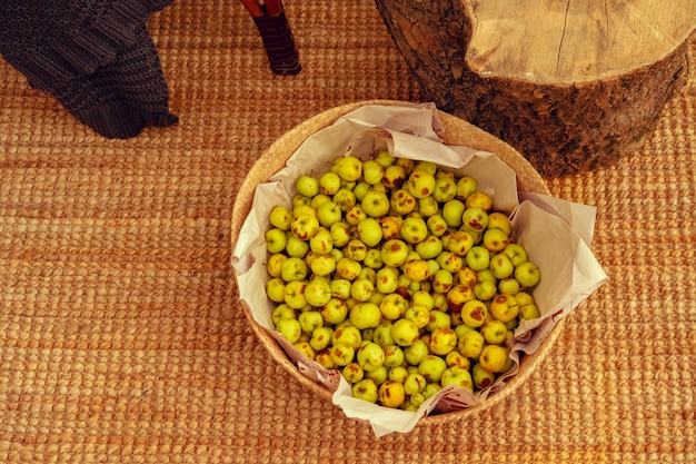 Mand met kleine groene appels close-up