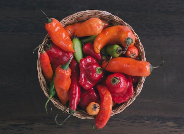 Mand met kleurrijke pepers.