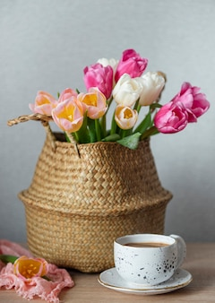 Mand met lente kleurrijke tulpen op tafel