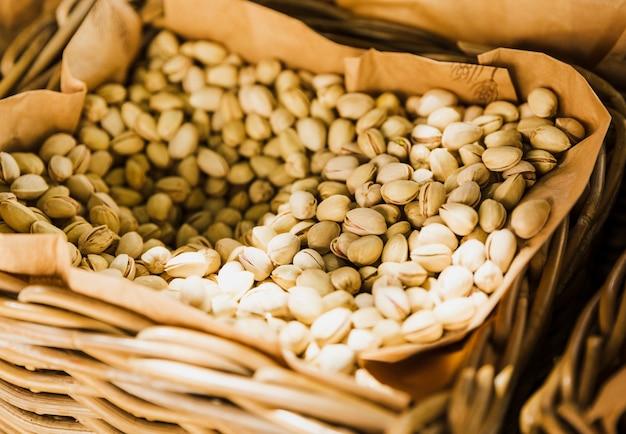 Mand met pistachenoten te koop op de stadsmarkt