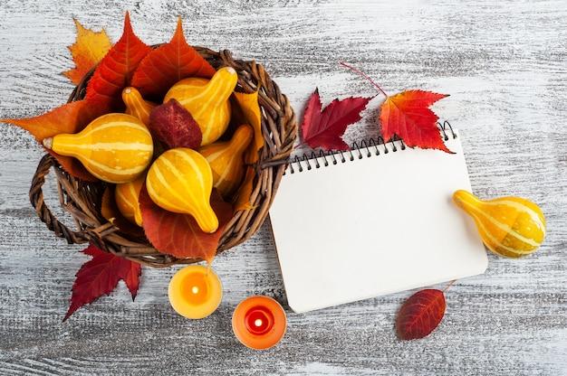 Mand met pompoenen en notitieboekje