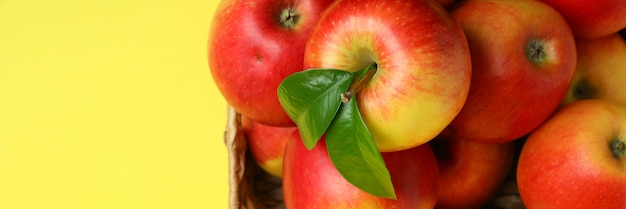 Mand met rode appels op geel