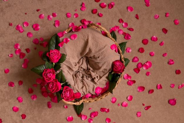 Mand met rozen en verspreide rozenblaadjes voor een pasgeborene